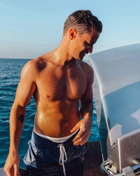 Kygo profite pleinement de ses vacances sur un bateau