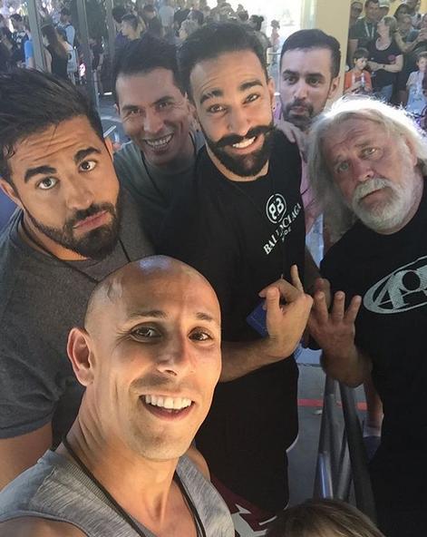 Adil Rami pose tout sourire avec des amis pendant ses vacances