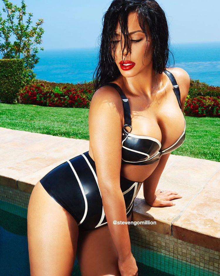 Kim Kardashian a réalisé avec le photographe un shooting en latex au bord d'une piscine
