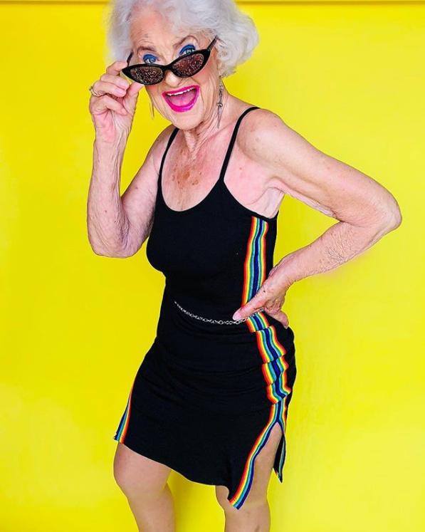 Vous avez peur de vieillir ? Baddie Winkle va vous faire changer d'avis ! À presque 90 ans, cette mamie est une star d'Instagram où elle poste des clichés colorés qui vont forcément vous donne le sourire (@baddiewinkle)