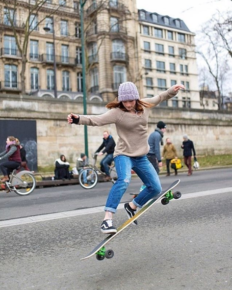 Cassandre Lemoine et sa longboard. À suivre sur : Instagram / cassandrelmn