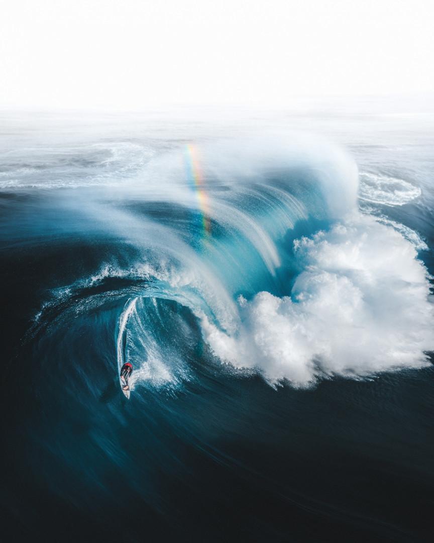 """L'or au bout de l'arc-en-ciel, 1ière place de la catégorie sport. """"J'ai trouvé de l'or au bout de cet arc-en-ciel alors que le surfeur, Ollie Henry, s'échappe d'une vague monstre au large des côtes du sud-ouest de l'Australie-Occidentale."""""""