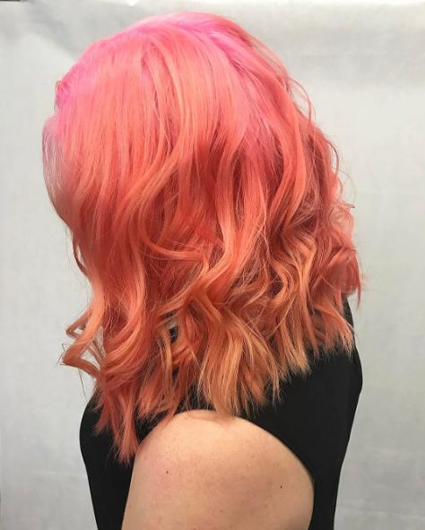 """""""Des racines roses, des longueurs pêche et un blond chaud"""", le mélange pour réaliser cette couleur"""