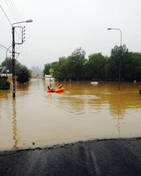 Une route inondée à Bruay la Buissière (Pas-de-Calais)