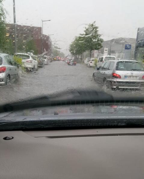 Une rue inondée à Rouen (Normandie)