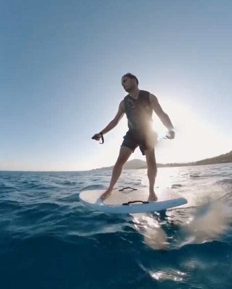 Martin Garrix profite de ses vacances pour surfer avec une planche électrique