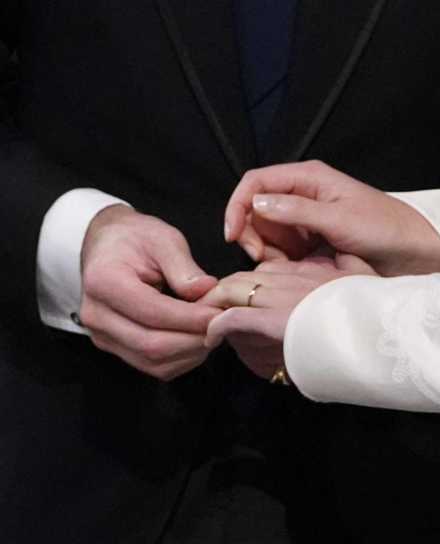 L'échange des anneaux entre Eugenie et Jack