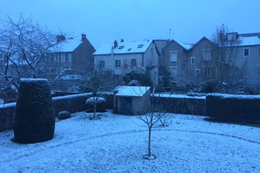 La neige continue de tomber sur Blois (Loir-et-Cher) mardi 6 février