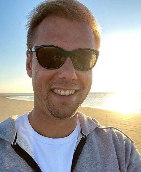 Armin Van Buuren profite de ses vacances d'été en bord de plage
