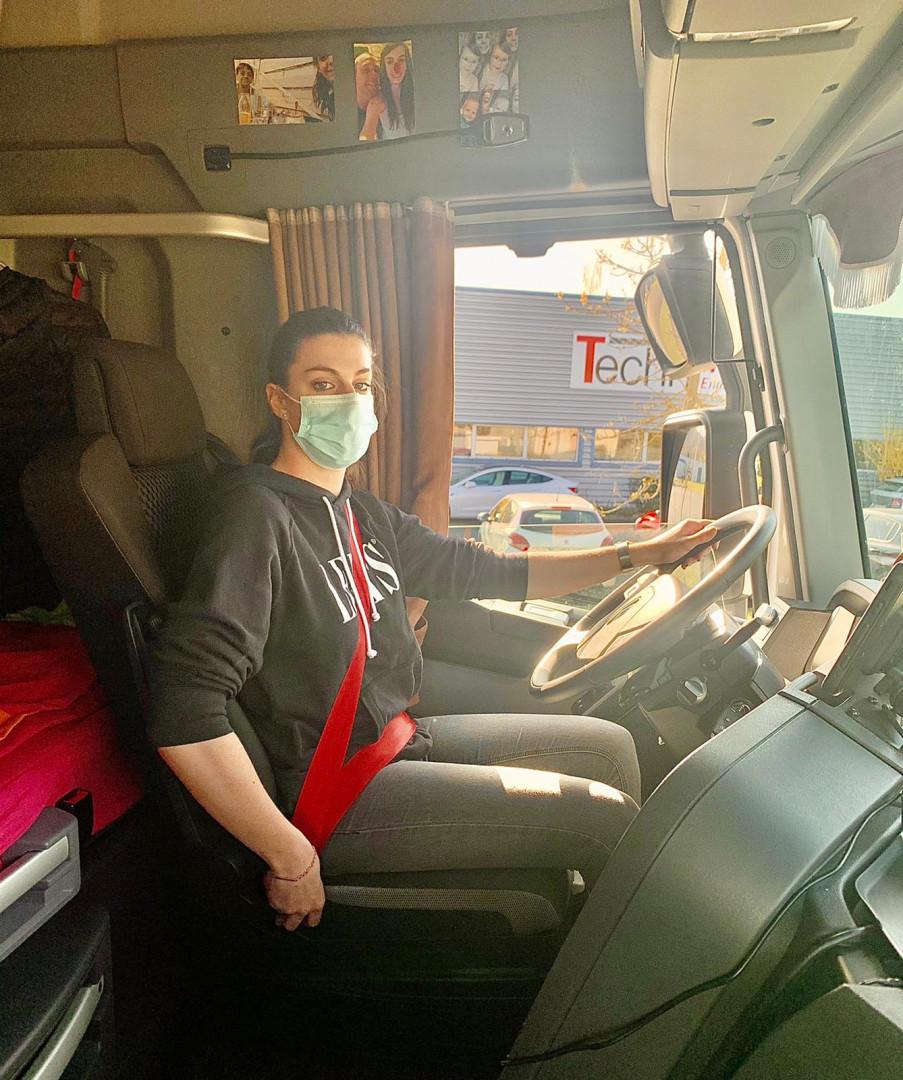 Gaëlle Compte au volant de son camion.
