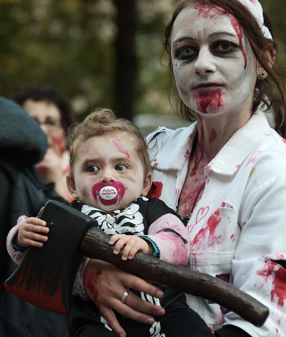 Le cortège comptait également des familles de zombies.