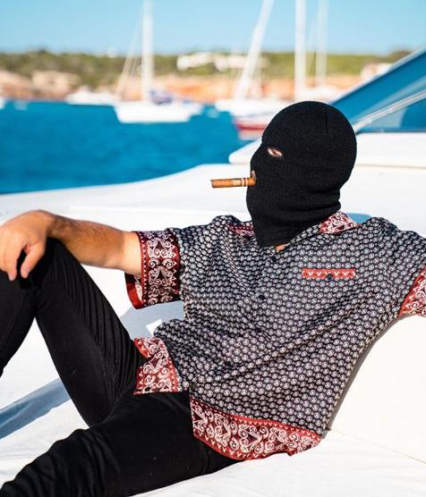 Malaa profite de ses vacances sur un yacht, cigare à la bouche