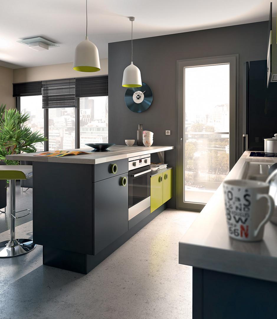Une cuisine avec des placards composés de deux couleurs