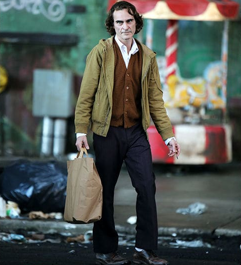 C'est sans maquillage et sans costume que Joaquin Phoenix apparaît.
