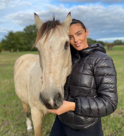 Laura Cornillot est également passionnée d'équitation depuis plusieurs années
