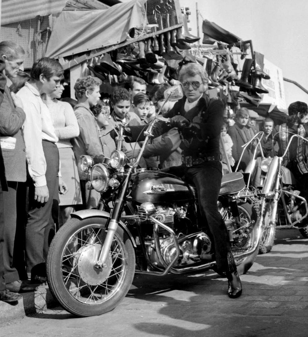 """10 octobre 1967 : le chanteur pose sur une Norton à Paris dans le cadre du tournage du film """"A tout casser"""""""