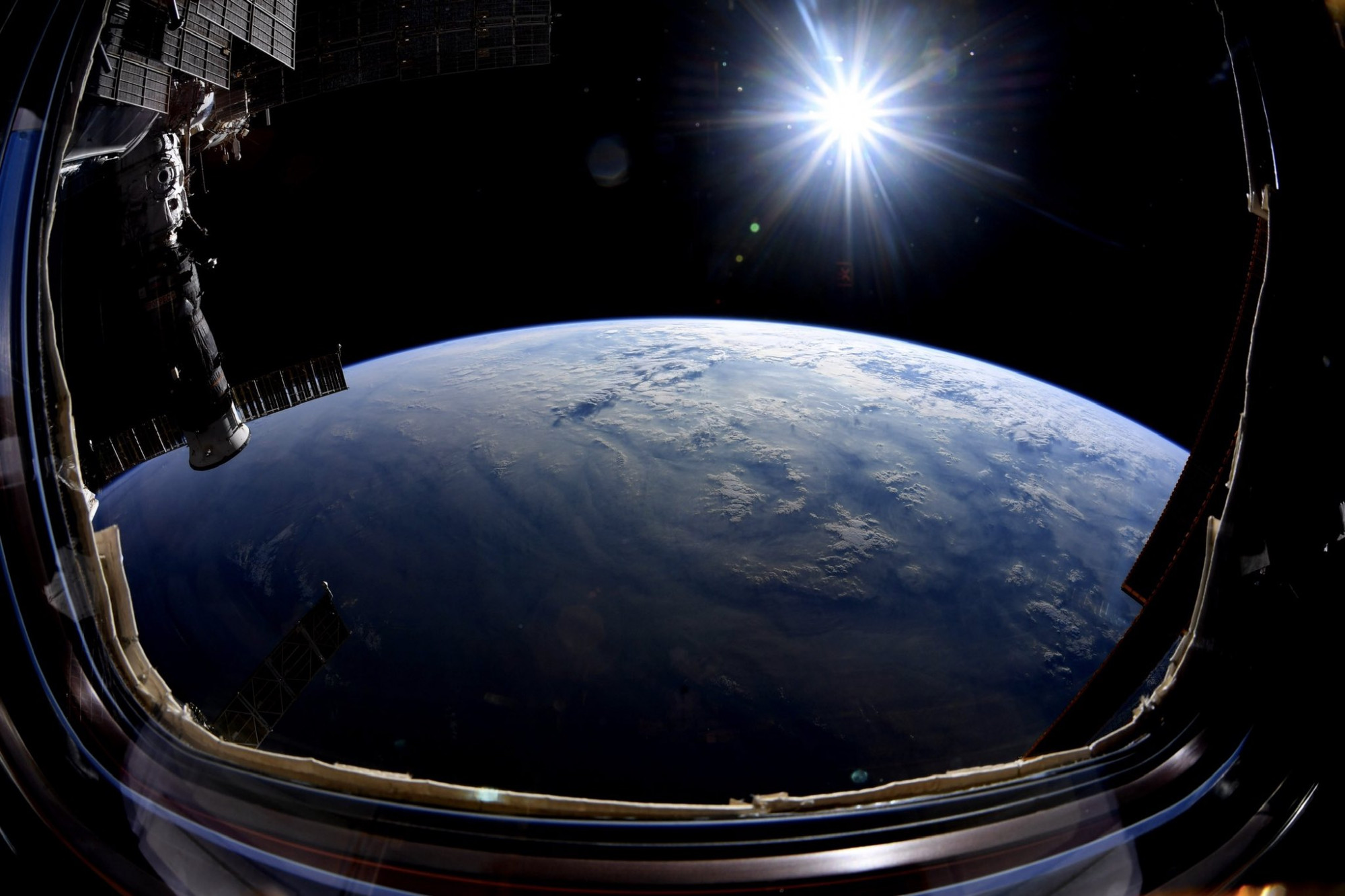 Pourquoi les spationautes flottent-ils dans l'espace ? - RTL.fr