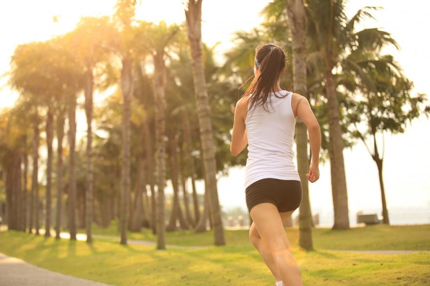 Une jeune femme fait un jogging
