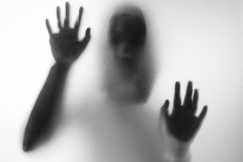 Horreur femme derrière verre mat