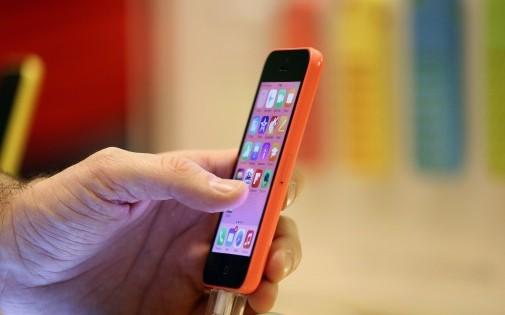 Un iPhone présenté dans une boutique parisienne, le 20 décembre 2013 (illustration)