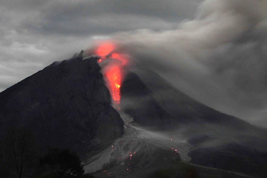 Le Sinabung en Indonésie en éruption le 10 janvier 2014.