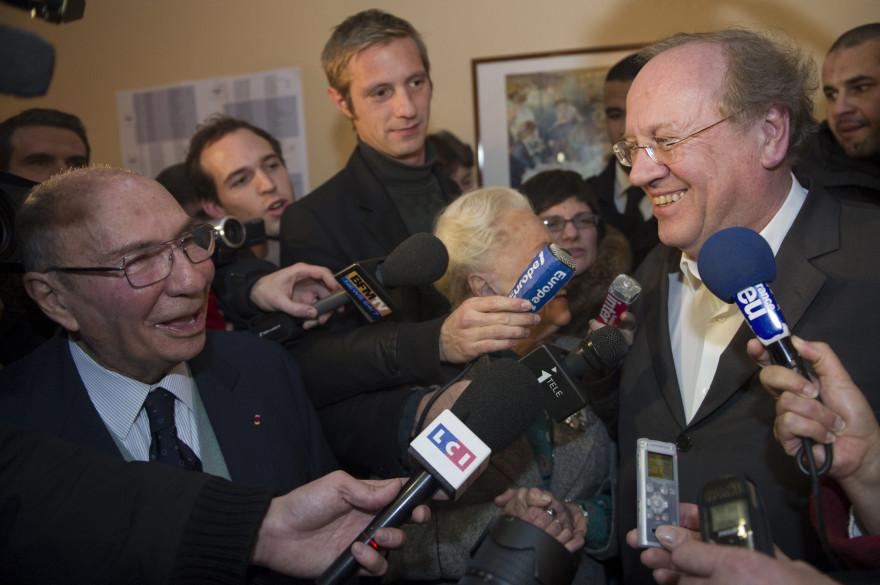 Le maire UMP de Corbeil-Essonnes, Jean-Pierre Bechter, et son prédécesseur Serge Dassault, en décembre 2010 (Archives).