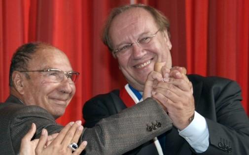 Jean-Pierre Bechter (à droite) le 10 octobre 2009, félicité par son prédécesseur Serge Dassault, après son élection en tant que maire de Corbeil-Essonnes