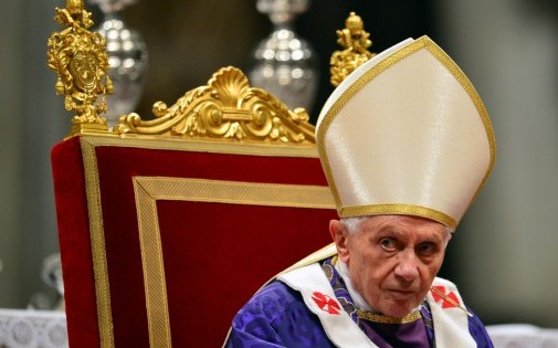 Le pape Benoit XVI célébrant une messe à l'occasion du mercredi des Cendres, le 13 février 2013 dans la basilique Saint-Pierre