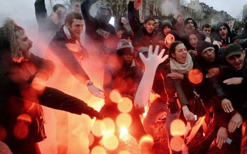 """Des manifestants arborant quenelles et slogans chocs participent au """"Jour de la colère"""", le 26 janvier 2014."""