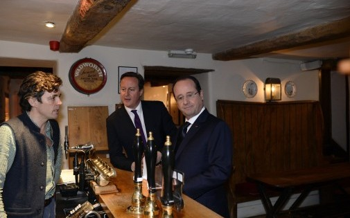 """David Cameron a ainsi emmener le Président français dans un authentique pub britannique, """"The Swan Inn"""" à Swingbrook, près de Burford dans l'Oxfordshire."""