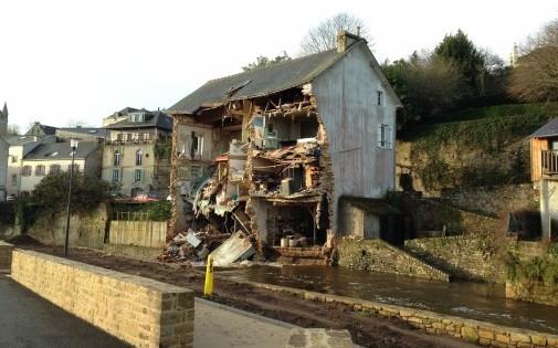 Une maison effondrée après la crue de l'Isole suite aux précipiations de la tempête Dirk.