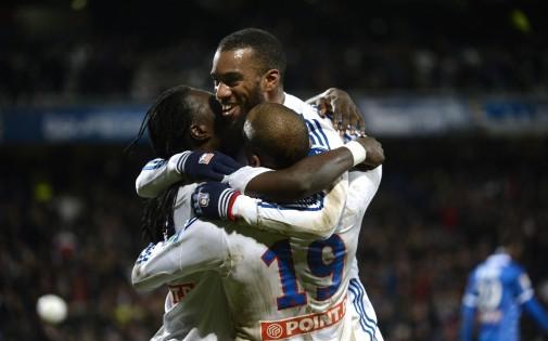 Bafétimbi Gomis, Alexandre Lacazette et Jimmy Briand, attaquants de l'OL, se congratulent