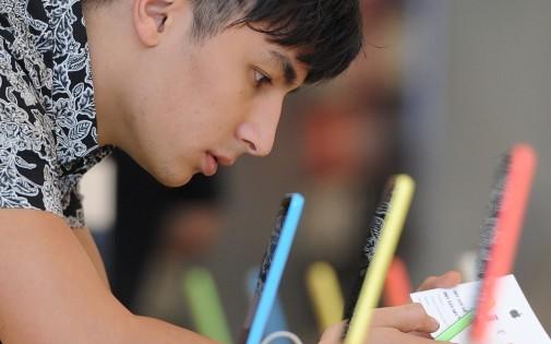 Un homme teste le nouvelle Iphone 5C dans un Apple Store de Glendale, en Californie (photo d'illustration).