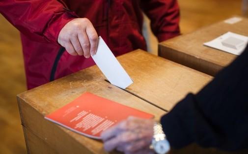 Un citoyen suisse vote le 9 février 2014 à Ascona (illustration)