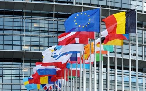 Les drapeaux européens flottent aux côtés de celui de l'UE (illustration).