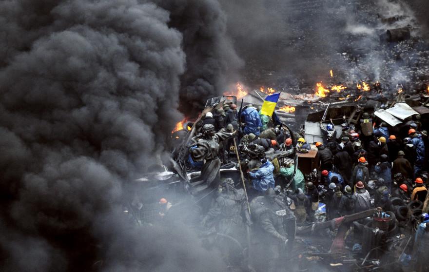 Des manifestants lors d'un face à face avec les forces de l'ordre à Kiev en Ukraine, le 20 février 2014.
