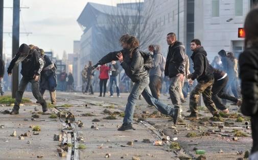 Des manifestants lancent des pavés contre les forces de l'ordre à Nantes samedi 22 février, en marge d'une marche pour s'opposer à l'aéroport de Notre-Dames des Landes (illustration)