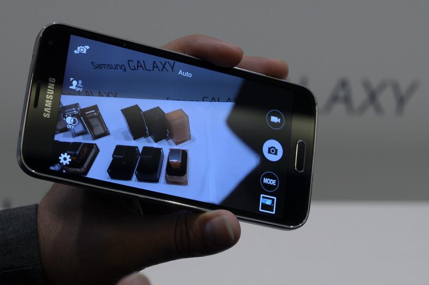 Le smartphone Samsung Galaxy Gear Fit S5, présenté à Barcelone le 23 février 2014.