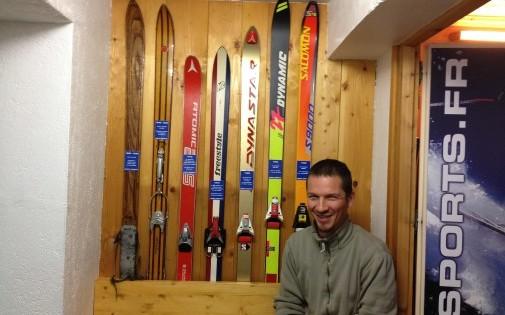 David Perrin dans son magasin de répération de skis