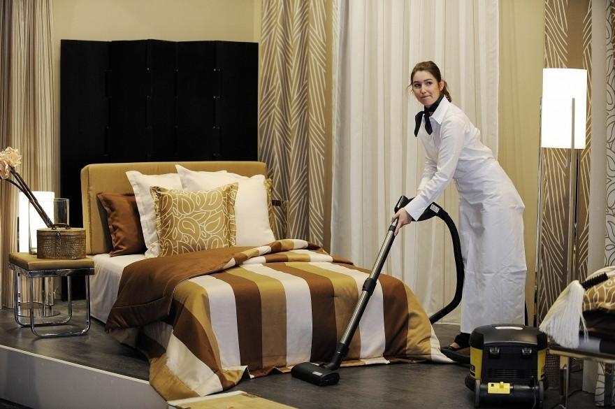 """Une femme passe l'aspirateur au salon """"Home Textiles"""" à Francfort, en Allemagne, le 12 janvier 2010."""