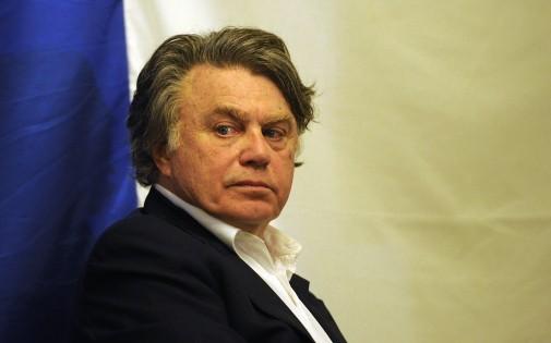 Le député Gilbert Collard, proche du Front national, lors d'un meeting du Rassemblement Bleu Marine le 8 mars 2014 à Saint-Gilles