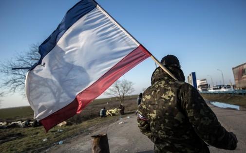 Un habitant de Crimée brandit un drapeau russe, le 10 mars 2014