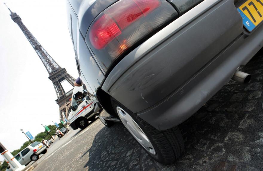 Des voitures roulent aux alentours de la Tour Eiffel, le 23 juin 2005 à Paris (illustration).