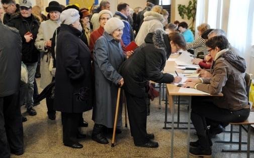 Des habitants de Simféropol, en Crimée, font la queule pour prendre un bulletin de vote, le 16 mars.