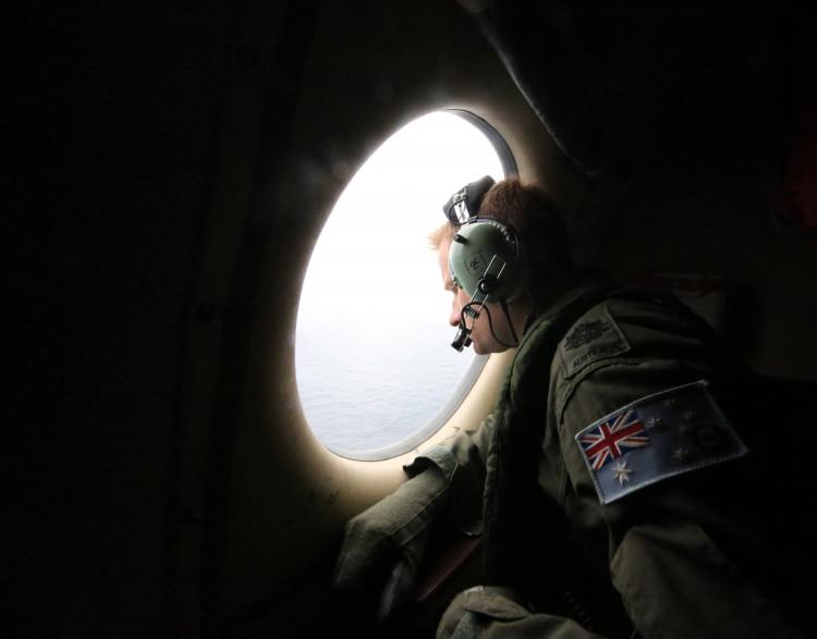 Un soldat australien participe aux recherches de l'avion disparu de Malaysia Airlines, le 21 mars 2014.