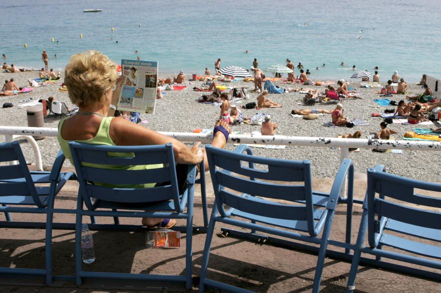 Une touriste sur la Promenade des Anglais à Nice (image d'illustration)