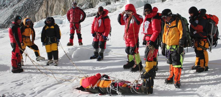 Les Sherpas après la découverte d'un corps sur les pentes de l'Everest, en 2010