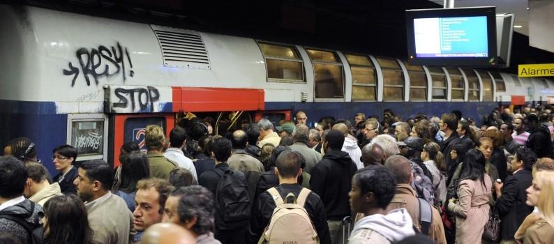Des franciliens sur un quai du RER B