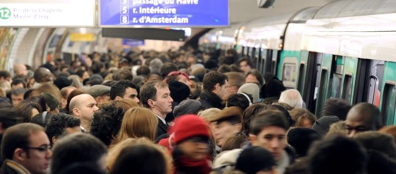 Les quais bondés de la ligne 13 du métro parisien, à Saint-Lazare, en décembre 2010 (illustration)