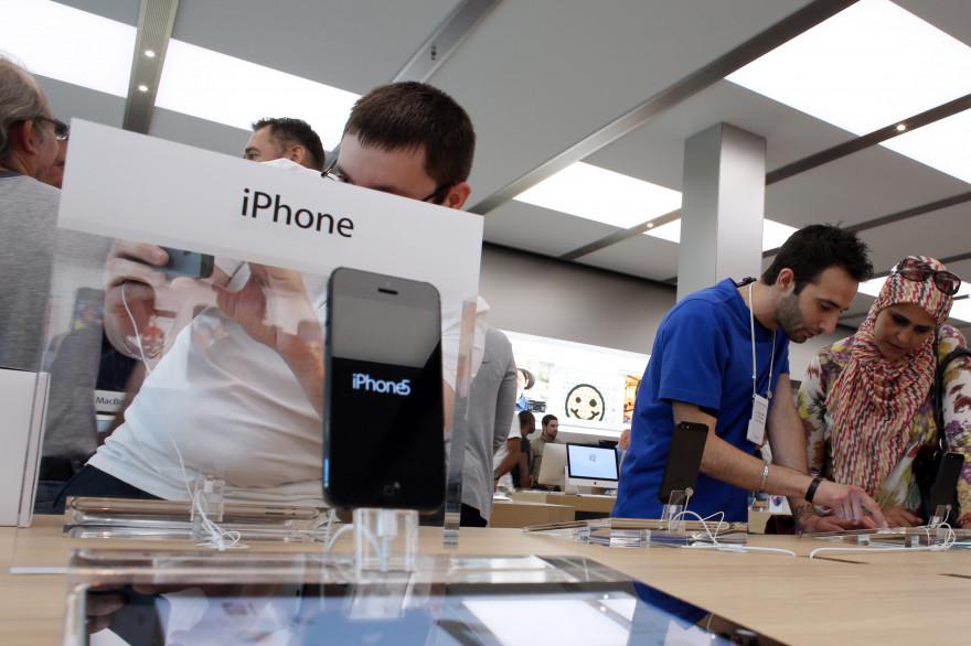 Un iPhone 5 dans un Apple Store de Rosny-sous-Bois en Seine-Saint-Denis